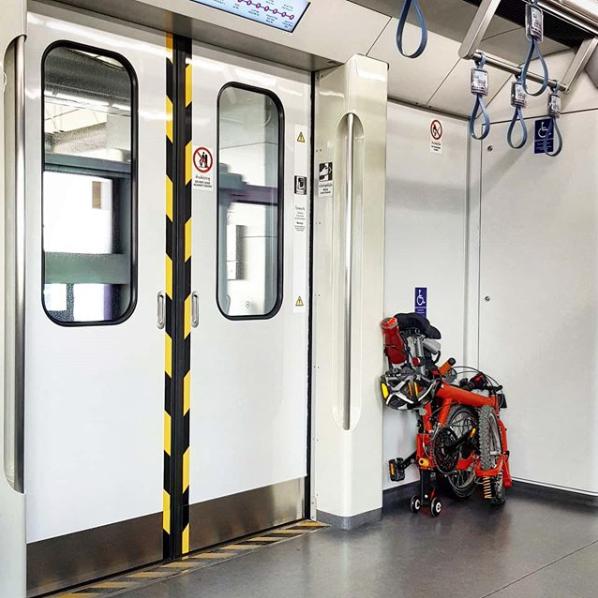Bici pieghevole sulla metro ingombro